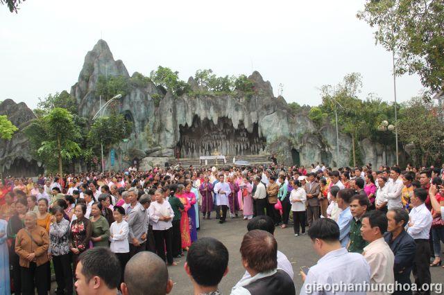 Đoàn rước tiến đang vào Nhà thờ Chính tòa